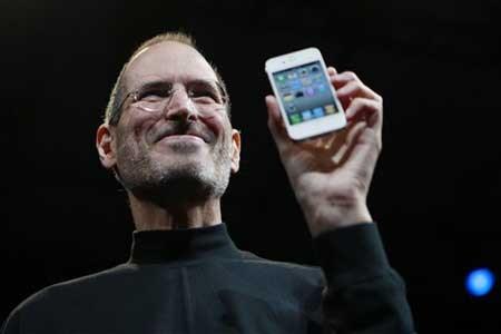2007年,賈伯斯親自介紹新產品 iPhone,為智慧型手機開創新的時代。