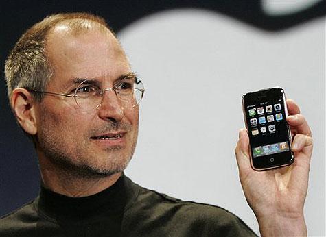 賈伯斯說你會愛上,果然大家都愛上了,蘋果推出的iPhone,短短4年之內就成為手機之王。賈伯斯:「只要滑過去,砰!」