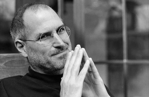 賈伯斯蘋果生涯中,事業初期代表作,1984年推出的麥金塔電腦當仁不讓,它是首部使用圖形介面的個人電腦,領先微軟WINDOWS,現代人天天握在手心裡的「滑鼠」,也跟著麥金塔電腦同步誕生。