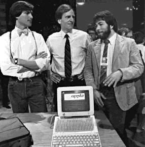 賈伯斯與蘋果共同創辦人佛尼亞克(SteveWozniak)以AppleII這項產品,推廣個人電腦的概念,革新人們的工作方式。AppleII是1980年代最成功的個人電腦之一