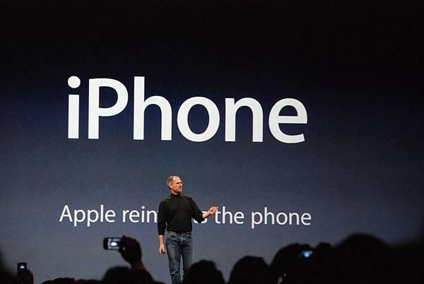 2007年蘋果推出iPhone,以其極簡的造型、大觸控螢幕及穩定的作業系統,打敗手機製造商Palm和RIM,成為智慧型手機變革先驅。