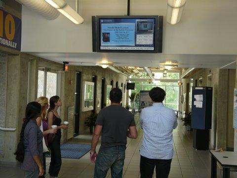 學校的數位電子看板能做什麼? 一、行政樓大廳多媒體信息查詢系統:學校行政新聞大事、學校管理制度、宣傳學校辦學理念、校風校紀等; 二、教學樓走廊液晶顯示器的多媒體資訊發佈系