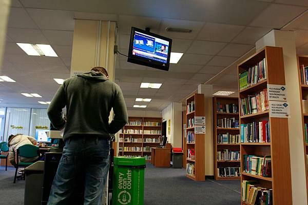 在數位看板未出現之前,學校所傳播宣傳的信息都通過紙張黏貼形式、粉筆抄寫形式顯示在走廊、教室、圖書館、重要場合如會議室行政樓大廳等公佈欄或黑板上。隨著網路的出現,學生的視