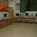 在小型的幼稚園或托兒所環境,電腦教室的場地需要可以活動成為小型的活動場地,所以小朋友的電腦經常是像上圖的外環式配置,所以在上完電腦課後,可以將椅子靠到桌子後,讓現場中間的場地方便作為其他活動使用。