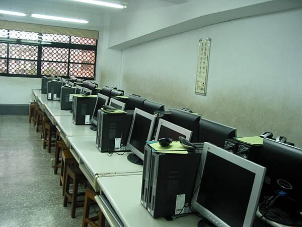 小型電腦教室示意照片,學生採用併排座位