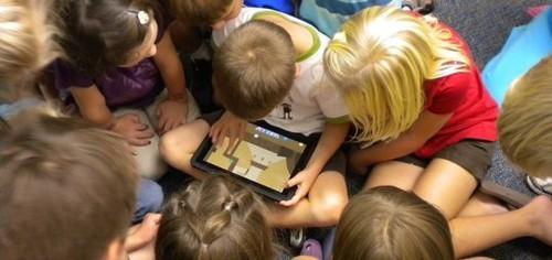 "Apple iPad平板電腦風靡全球,但他們也不忘那些偏遠貧窮地區的人們。據國外媒體的報導, Apple 將與津巴布韋政府合作,開發太陽能iPad,援助給當地的學校使用。   據瞭解,這次合作項目名為""School Box"",主要目的是向津巴布韋的貧困學校提供iPad和微型投影儀。 Apple 公司希望通過把太陽能iPad引進該國的農村和偏遠地區的學校,以減少農村和城市的學校在電子教學設備方面的差距。"
