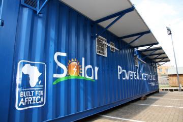 上週在約翰尼斯堡,韓國廠商推出由貨櫃改裝並稱為「行動學校」的教室,這間教室不受固定地點限制,可以隨著卡車移動到偏遠的各個角落,內部還裝設有空調系統、筆電與3G行動上網以及電子白板,並貼心裝了一個小冰箱,重要的是所有電源都是採太陽能供電。 這款號稱「純天然」的行動學校,開學期間將作為學生的上課教室,可同時提供21位學生上課使用,放假期間則變成當地成人的社會大學。