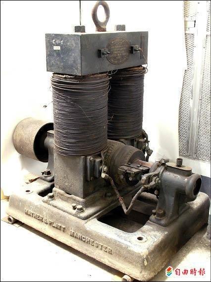 〔自由時報記者孟慶慈/台南報導〕十九世紀發明家愛迪生的發明物件—愛迪生發電機,全世界還有三台,其中一台在成大,而且是唯一堪用品。校方推斷可能是日治時期引進用於教學,多年前美國奇異公司曾請成大割愛,此一珍貴歷史文物預定明年二月展出。 成大慶祝八十週年校慶,各系所紛紛整理文物資料共襄盛舉,電機系驕傲地向外界介紹所擁有的寶貝「愛迪生發電機」,成大電機系主任陳建富現正積極彙整相關資料。 成大擁有的愛迪生發電機屬於直流發電機,重量一.一公噸,長一.四二公尺,寬八十三公分,高一.四五公尺,主要組成元件包括磁鐵、鐵刷、線圈等。 全世界剩三台 獨這一台還能用 成大表示,愛迪生發電機全世界只剩三台,據聞一台可能在英國的大英博物館,另一台可能在美國或日本;由愛迪生創立的美國奇異公司,多年前曾與成大接洽欲收購做為歷史遺產。 成大在日治時期為台南高等工學校,當時的教學主要以電力系統發展為主,所用的教學研究設備包括整流器、電動機、發電機等。