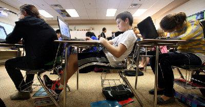 印地安納州知名好學區Munster今年採用互動電腦程式取代傳統教科書,五年級至12年級學生在數學和科學課不再使用教科書。為了從傳統教科書轉向電腦教學,Munster學區共投資110萬元,為教室安裝網路,師生接受電腦教學培訓。Wilbur Wright中學從教40餘年的數學系主任Pat Premetz認為電腦教學充滿挑戰,她說:「我們教課的內容照常,但教學方法則發生翻天覆地的變化。」 Read more: 世界新聞網-北美華文新聞、華商資訊 - 啟動電腦 取代打開教科書