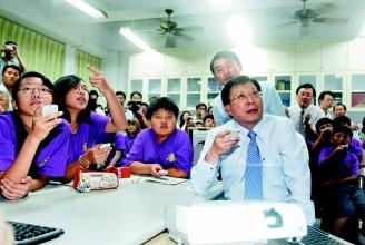 行政院長劉兆玄(右)到深坑國小,參加電子白板教育部e化專科教室教學觀摩會。