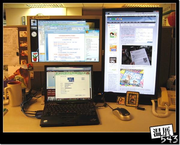 小筆電3個螢幕一同上場 多螢幕顯示工作桌面大大大的方便好用喔~