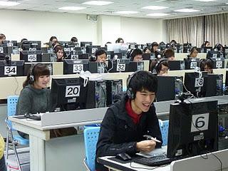 參與遠距教學的輔大學生在電腦教室裡與偏鄉學生進行一對 一的線上教學。記者黃佳涵/攝影