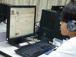 課輔老師透過電腦指導偏鄉學生課業。記者黃佳涵/攝影