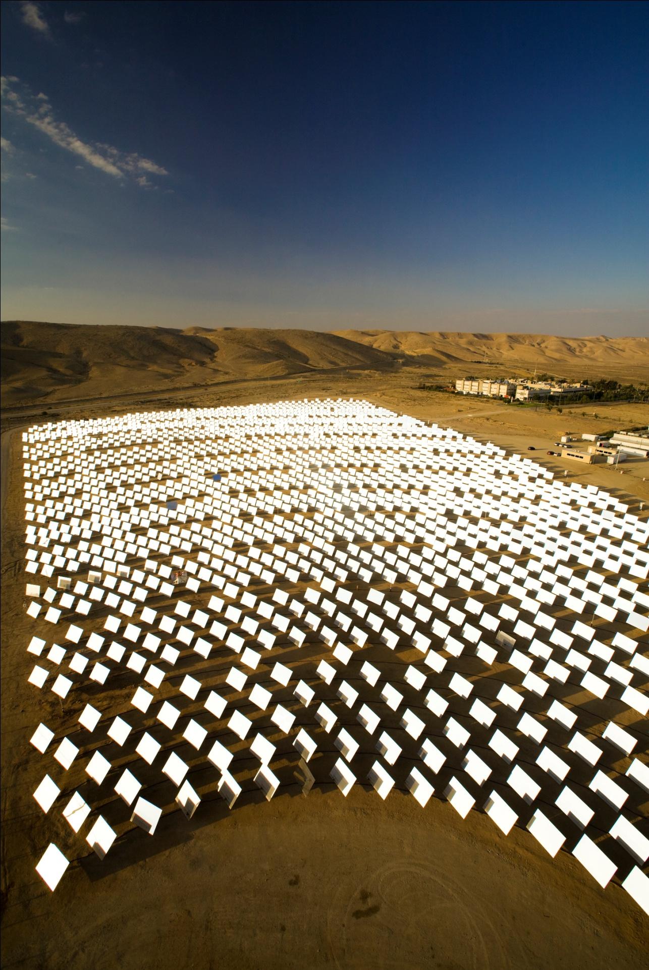 以色列南部是廣大的沙漠,氣候炎熱無比,難以耕作,但許多企業家反而利 用其地形的特色發展太陽能,在一片荒漠中大力生產再生能源。