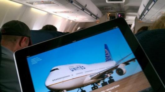 根據《彭博社》報導,新加坡廉價航空公司酷航(Scoot Pte),將在飛機上提供iPad,取代過重的電視等娛樂系統,減輕重量以節省燃油。用iPad來節省燃油成本的妙方,也贏得分析師讚賞。 平板電腦的裝載,已為母公司新加坡航空(Singapore Airlines Ltd.)(SIA-SP)的班機減少 7% 的重量,縱使其航班已增加了 40% 的座位。新航的執行長 Campbell Wilson表示,油價占總成本的 40%,因此如何省油總是令航空公司頭痛不已,而iPad的裝載,能幫助今天甫開航的酷航對抗連翻上漲的油價。 酷航將會對經濟艙的乘客,每台 iPad 索取新加坡幣22新元(約17美元)的出租費,商務艙的乘客則是免費提供。每台iPad皆已裝載好電影、音樂、遊戲與電視節目。另外酷航也提供無線網點,讓乘客以手邊的iPad連上飛機上的無線網路。而澳洲航空(Qantas Airways Ltd.)(QUN-AU)早在2011年12月就有類似的設備。 今年將擁有 4 架波音777的酷航,其經濟艙有 400 個座位,而商務艙則設有 32 個座位,新加坡飛雪梨的單程票為 158 新元,飛航時間超過 7 小時。下周將會增加澳洲黃金海岸為第二個航點。另外 8 月份也會增加天津的航線,直到年底將會有2座中國北方的城市加入,Wilson表示酷航還打算在 10 年內,拓展波音777的數目加至 14 架。