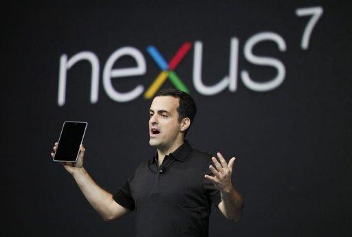 (法新社舊金山27日電) Google公司今天推出本身品牌的Nexus 7平版電腦,挑戰蘋果(Apple)的iPad和亞馬遜(Amazon)的Kindle Fire平版電腦,並為其線上書籍、電影、電視節目等的網路商店開啟一扇窗口。 此新平版電腦售價不到市占率最高iPad價格的一半,將可擴增Google對抗蘋果、亞馬遜和微軟(Microsoft)等廠商的戰力。 據Android團隊負責人巴拉(Hugo Barra)指出,Google的新7吋平版電腦採用最新一代Android軟體,由台灣華碩公司(Asus)製造,重340公克,配備前攝影鏡頭,螢幕解析度為1280x800,採用 Nvidia Tegra 3處理器。 巴拉在舊金山舉行的Google年度開發商大會上表示,Nexus平版電腦將可在澳洲、加拿大、英國和美國的Google Play網站下訂,售價為199美元,預定7月中開始出貨。此售價和亞馬遜的Kindle Fire相同。 此平板電腦將附送25美元的Google Paly商品折價券,販售線上書籍、音樂、雜誌和其他內容的GooglePlay商店,是它迎戰亞馬遜及蘋果iTunes網路商店的武器。 Google也推出Android驅動的Nexus Q裝置,供自Google Play無線串流影片和音樂至電視機或揚聲器。 Google指出,除推出新硬體外,它也致力加強Google Play網路商店的內容,提供更多娛樂。