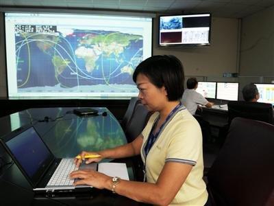 AMS監控中心落腳台灣(3)(中央社記者陳培煌台北1日電)台灣參與國際研發的太空磁譜儀計畫,科技能力受重視,美國太空總署有意要把太空船計算機交由中科院負責,中科院已交出兩套系統測試。 台灣科技能力 NASA相中 台灣參與研發、用於驗證宇宙大爆炸(Big Bang)理論的太空磁譜儀(Alpha Magnetic Spectrometer,AMS),去年5月成功由美國太空梭放上太空,進行為期15年的宇宙粒子偵測實驗任務,儀器運作一切順利。 AMS計畫由諾貝爾物理獎得主、中央研究院院士丁肇中主持,國防部軍備局中山科學研究院也是計畫核心成員,擔任研發AMS電子系統的重任。AMS監控中心除瑞士「歐洲核子研究組織」(CERN)外,在台灣桃園的中科院設立世界第2個、亞洲首座監控中心。 中科院負責AMS電子系統研發計畫的主持人荊溪暠接受中央社專訪時表示,「做過,人家才相信你、給你做」,因為AMS計畫成功,美國太空總署(NASA)專案經理日前訪台,表達希望將太空船計算機交由中科院負責。 荊溪暠說,AMS上太空1年,電子系統運作都很正常,因此NASA首度找中科院洽談合作案。中科院現在先作兩套系統交由對方測試功能,沒問題的話可能會簽長期合約。 中科院電子所龍園創新育成中心企劃經理葉芬指出,NASA官員6月中抵台到中科院監控中心進行檢視時曾表示,對中科院研發能量與精準度感到非常滿意。 中科院電子所測試組組長林玉蘭表示,丁肇中曾在國際會議上指台灣品質可靠度很高,並稱讚是「Outstanding(傑出)」。 她指出,AMS電子系統評價受到各國肯定,包括法國、瑞士等國都找過中科院研發製造相關電子系統,後來也都通過驗證,義大利也和中科院洽談太陽能板控制單元的合作。 除國際合作,荊溪暠說,中科院還負責國家太空中心「福衛五號」與「福衛七號」等多項計畫,預計民國104年發射升空,證明台灣有能力做衛星。1010701