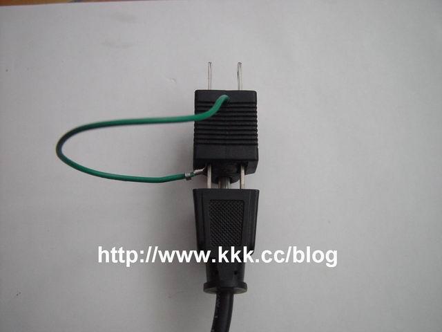 D.將三孔的電器或三孔的電源延長線的插頭,插上這個特製的三孔轉接座, 再將此插座用火線對火線(紅對紅)的方向再插上電源插孔.