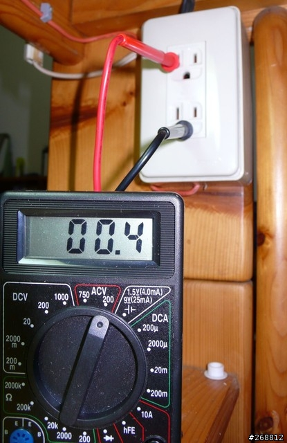 紅色插短孔黑色插圓孔量火線與接地線之間電壓,如果比剛剛量的數字低就  表示接地不良,接地不良有可能是你插入的土壤的問題(越濕越好),或者  是你接線有問題去確認接地銅棒與銅線接觸良好銅線的另一端你也有確實插  入接地線的孔