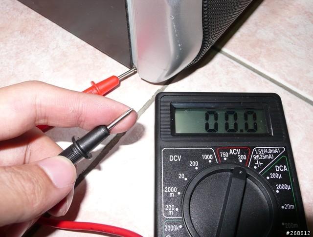 紅色插長孔黑色插圓孔量地線與接地線之間電壓(有個數據表示你接地  正確)    6 接地的效果,最明顯的就是電器不再會電人了,電腦的喇叭電流聲也明  顯降低聲音,以前摸喇叭會有明顯的電流聲(嗡嗡聲),現在摸了完全沒有  影響,喇叭不再有嗡嗡聲!