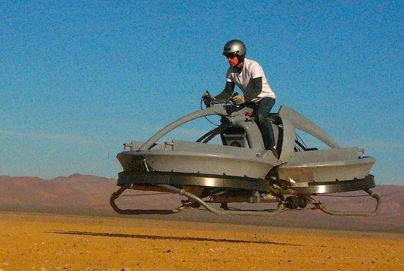 〔國際新聞中心/綜合報導〕電影「星際大戰:絕地大反攻」裡帝國風暴兵駕駛著飛越樹林的機車,現在也要有「真車版」了。美國Aerofex公司最近在加州莫哈維沙漠測試這種「飛天機車」,並成功飛離地面。 飛天摩托車 炫上天(圖/LiveScience.com) Aerofex表示,這種「飛天機車」hoverbike是由兩個管式螺旋轉子組裝而成,而且螺旋運轉的方向相反,只要使用控制桿改變轉子角度,就能使機車行進,讓電腦控制系統移動機車,由於可飛離地面,不管地形如何都難不倒它,而且駕駛起來就像騎普通摩托車一樣容易。 飛天摩托車 炫上天(圖/Jokeroo Videos) 目前人類駕駛「飛天機車」的測試高度限制在4.5公尺,速度限制在時速約48公里。 Aerofex創辦人、航太工程師羅其表示,這種飛天機車可降低飛行的門檻,應該很快就能應用在邊界巡邏。不過Aerofex並沒打算販售「飛天機車」,而是要將此技術應用在無人飛機上。Aerofex計畫10月測試第二版「飛天機車」,並於明年年底前測試使用同樣技術的無人飛機。