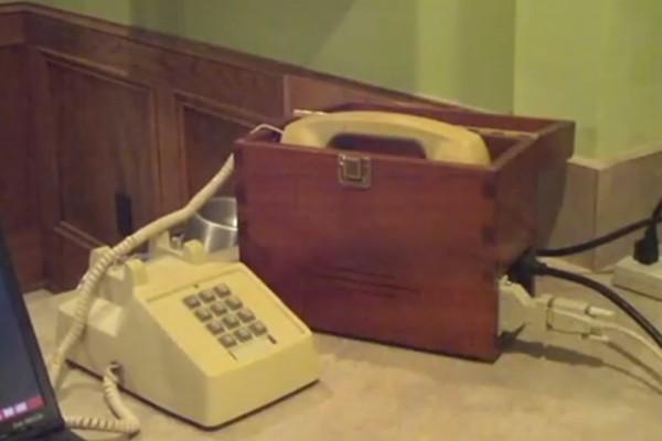 以前的撥接是要用電話聽,還沒有MODEM哩