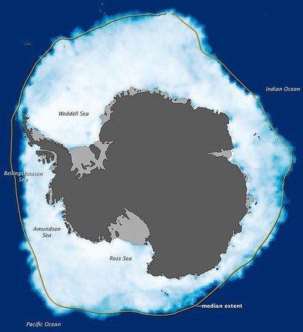 地球暖化、海冰融化以及海平面上升的消息頻頻在媒體上出現,但是在南半球的南極,大塊浮冰的總量卻在不斷增加。根據九月下旬衛星數據顯示,南極洲周圍的海冰區域達到有史以來最大範圍,南極海冰區域面積約為1千9百44萬平方公里,並且還以1%的速度緩慢增長。 南極的監測數據,顯然與我們常聽到的海洋冰川縮小的報導存在差異,科學家嘗試解開南極海冰大量增加之謎。 科學家指出,南極比世界其他地方更冷,它的升溫機制與其他地方不同。大氣溫度的增加速率不同也會導致南極周圍的氣壓差較大,風力也會有所增加。而南極海冰面積的增加並不會對海平面上升或降低構成影響,因為海冰已經漂浮在海洋上,凍結了的海水不會改變該海區的海平面變化情況。 北極海冰的總量正在下降,而南極海冰卻略有增加,為什麼會存在如此大的差異呢?科學家說,原因在於南極是一片大陸,而北極幾乎除了海洋外都沒有任何實質性的陸地,在北極可以看到處於升溫狀態的大氣以及海平面增加的海洋,加上海冰的轉移,這些都會影響北極海冰冰層的覆蓋量。 在南極,就必須認為這裡擁有自己的氣候系統,獨立於世界上其他大洲。南極的升溫速度明顯異於世界上的其他地區,不過它的溫度變化趨勢還是上升的,只是非常的緩慢。