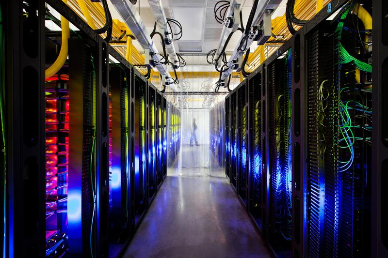 谷歌(Google)首度公開數據中心的神秘面貌。17日在官方部落格新增「網路居住的地方」(Where the Internet Lives)的網頁,公開數據中心的照片,並加入「街景功能」讓網友來趟虛擬參訪。