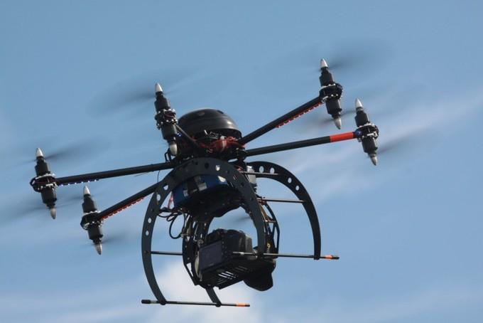大概在今年2月份,中國有家創業公司「Linkall」在研發無人機原型Smartbee,已經可以在小規模範圍內透過無人機運送批薩,此外他們還準備了一整套結合地面基地台控制和空中無人機遞送的快遞解決方案。而今天中國最大的快遞公司順豐已經開始測試利用無人機運送快遞。