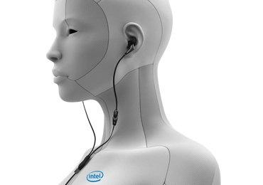 Intel 顯然相當看好穿戴式裝置市場,在 CES 2014 中展出多款相關產品,包含可以追蹤生物資訊的智慧型耳機和一支智慧型手錶。Intel 執行長 Brian Krzanich 表示:「穿戴式裝置目前不流行的原因是它們無法解決實際問題,而且未融入到我們的生活中。」而 Intel 將改變這個現況。  Intel 首先展示了它們對智慧型手錶的想法,在 CES 2014 的主題演說中,揭露了 Intel 的智慧型手錶,並表示它具備過去的智慧型手錶擁有的所有功能,不過額外支援了地理資訊通知。不過 Intel 並未進一步揭露關於這支智慧型手錶的細節,不過有可能在今年推出。