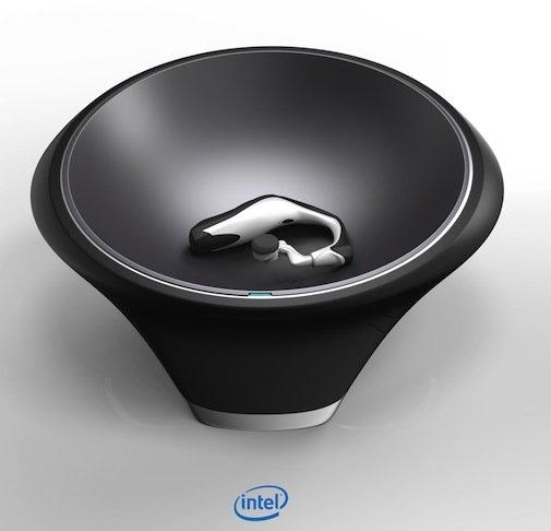 而 Intel 也展出了全時開啟的智慧型耳麥,暱稱為「Jarvis」(是的,就是鋼鐵人東尼史塔克的管家名字),這款裝置將會整合目前的個人助理技術,運作方式就像 Apple 的 Siri 一樣,不過你只要載上這個耳機就可以操作,不需拿起裝置或按任何按鈕。Intel 執行長表示它將是一個無縫、免按鈕、全時聆聽的體驗。