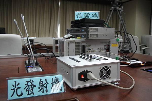 空氣取代光纖,未來運用手機上的紅光雷射,就能輕鬆享受高速網路服務。台灣團隊打破光傳輸技術瓶頸,研發超高速率可見光網路傳輸技術,一部1.5小時電影透過超高速率傳輸,僅需0.45秒下載完成,傳輸速率為4G的100倍。 科技部昨(16)發表最新研發成果,由國立台北科大光電系教授呂海涵領軍之研究團隊,突破「傳輸速率」與「空氣中自由傳輸距離」之極限瓶頸,成為世界首件利用紅光雷射光建構超高速率可見光通訊傳輸系統。未來可望取代RF無線通訊傳輸系統,避免電磁波輻射,讓生活環境更加舒適、安全。 科技部表示,此計畫已有部份成果技轉給國內光通訊相關公司,預計今年6月完成技轉,明年可量產上市,市場預估產值可望破億元。 呂海涵指出,超高速率可見光通訊傳輸系統,以空氣取代光纖做為傳輸媒介,可取代微波無線通訊傳輸系統,減少電磁波干擾。不過,紅光雷射通訊傳輸具指向性優點,仍會因紙或物品阻擋無法傳輸訊號,未來可透過加裝擴束器改善,技轉廠商也會以室內應用為主。 簡單換算,若以一部1.5小時電影容量為4.5Gbit,在超高速率10Gbps可見光傳輸僅需0.45秒。若以即將在今夏上路之4G技術換算,下載一部電影約需2分鐘時間,傳輸速度比4G快上百倍。 研究團隊指出,此項技術優勢主要是速度快及減少電磁波干擾,未來可運用在醫院、飛機機艙或煉油廠等室內地區,彌補微波無線通訊之不便。 據了解,不少手機廠商對此技術相當感興趣,未來手機只需安裝約莫台幣1千元之可見光接收器,在有光源處即可享受高速傳輸服務。 研究團隊指出,一旦未來可見光通訊技術可突破傳輸速率上限至400Gbps,將可應用於雲端伺服器巨量資料交換與傳輸。
