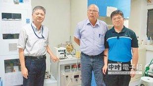 國立成功大學材料科學及工程學系教授阿隆.柯登肯(中)與廖峻德(左)的團隊,研發出一套餿水油轉化成生質柴油的新技術。(洪榮志攝)