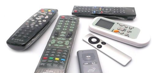 多媒體時代,許多的設備都需要搖控器控制,除了影音設備,還有燈光、窗簾、空調,加上不同房間的控制與設備共用的估算,十幾支遙控器算是少的,有時候不小心就累積到二、三十支遙控器。
