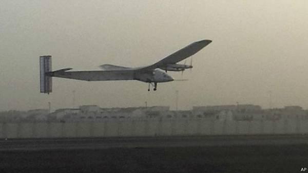 創紀錄嘗試以全太陽能為動力作環球飛行的飛機在阿布扎比啟程。 該名為「陽光動力二號」(Solar Impulse-2)從阿聯酋起飛,先向東飛行,往阿曼首都阿斯喀特進發。 在未來五個月,飛機將飛越地球各大洲,並穿越太平洋和大西洋。 起飛時,這架只有一個駕駛座位的飛機由安德烈·博爾施伯格(Andre Borschberg)控制;他將與另一名瑞士機師伯特蘭·皮卡德(Bertrand Piccard)共同擔當駕駛飛機的任務。 飛機計劃是將在全球多個地點停留,以讓飛行員休息和進行飛機維護,同時宣傳潔淨能源的信息。 在起飛前,博爾施伯格告訴BBC說:「我有信心,我們有一架非常特別的飛機,而它也必須非常特別,因為它要載我們穿過大洋。」 「我們可能要為此連續飛行五天五夜,這將是個挑戰。」 「不過我們還有未來兩個月的時間,在中國停幾站,做培訓和凖備。」 這個飛機項目已經創造了一系列與太陽能飛行有關的紀錄,包括2013年備受矚目的橫越美國大陸飛行。 但是這次環球飛行將更加令舉世震驚,也需要比原本的型號「陽光動力一號」更大的飛機。 新機型的機翼翼展達到72米,比747大型噴氣式客機還有大,但重量僅為2.3噸。 它的超輕重量將對成功完成飛行任務起決定作用。 另一個決定性因素是機翼上多達17000個太陽能接收器,以及將用於夜間飛行的高能鋰離子電池。