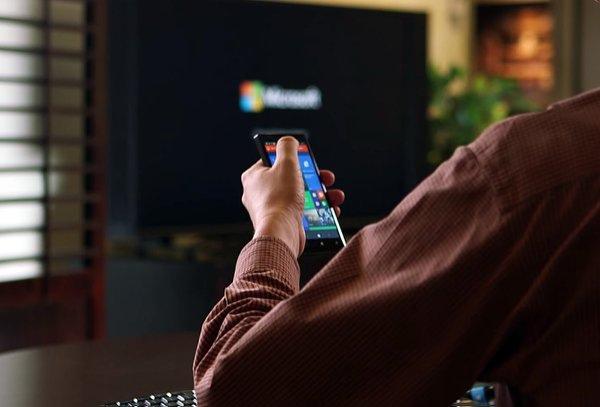 「Continuum」模式的特色在於,只要利用手機連結上大尺寸螢幕,就可以在螢幕上進行編輯。但這不只是單純的桌面投影而已,連結後手機會自動調整出最適合螢幕的PC桌面,這也就表示當使用鍵盤和滑鼠編輯時,使用的體驗與一般電腦的使用是相當類似的!