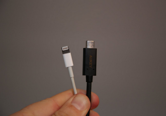 USB-C 介面與 Micro-USB 大小相近,8.4 mm x 2.6 mm。從圖片上看,體積要比 Lightning 介面要稍微大一點,但相差也不遠:
