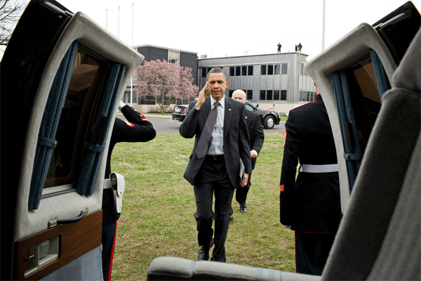 President Obama Totes his iPad 2 Onto Marine One