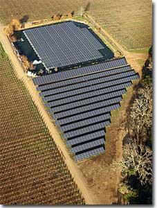 從空中鳥瞰大面積的太陽能板,其中1302塊固定於一般地面,另外的994塊採用漂浮在水面上的設置