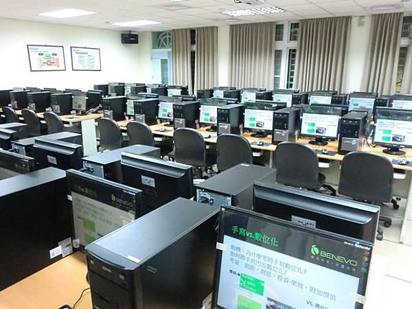 將老師電腦的教學畫面同步播放到60個學生的電腦