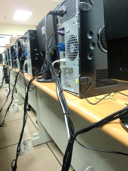 將電腦連線整理於電腦桌之間,並連結於下方高架地板統一連接座