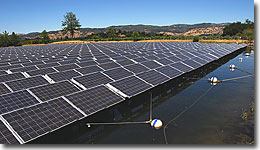 使用特製的懸架系統將太陽能板漂浮在水面上