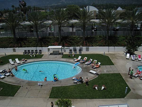 weekend的泳池~就是一堆人!!!