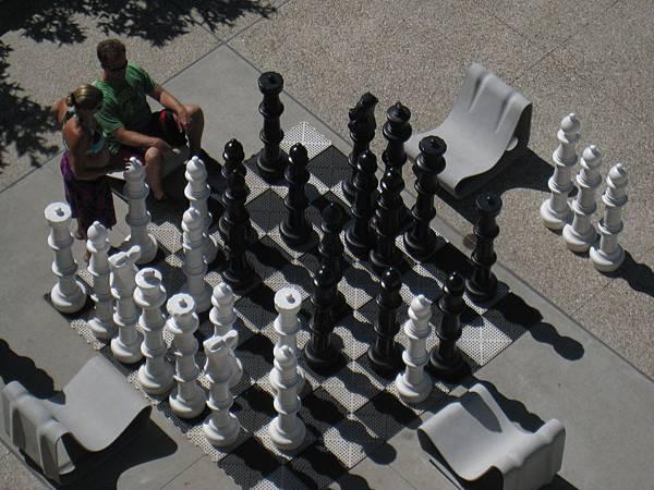 他們真的很認真在思考要怎麼下棋~