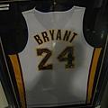 這件Kobe有十個球員包括教練簽名球衣~3000美金@@