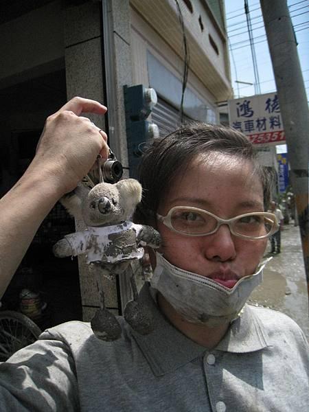 8.8水災賑災at林邊~嘉俐姐的熊熊也髒了...