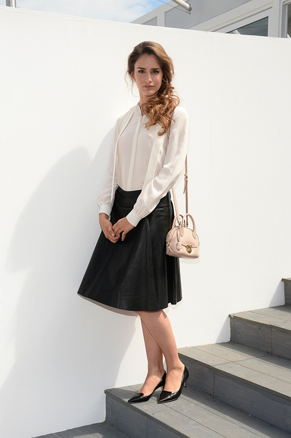 瓦倫蒂娜·百麗·威尼斯(Valentina Belle Venice)肩揹Fiamma包款出席活動_Fiamma米色牛皮提包, 建議售價NT$65,900.jpg