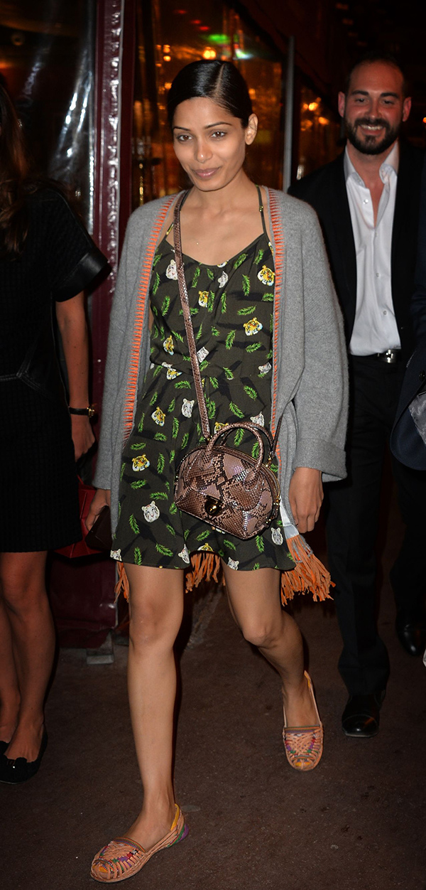 印度女星芙蕾達·蘋托(Freida Pinto)肩揹Fiamma蟒蛇提包出席第67屆坎城影展_Fiamma可可色蟒蛇皮提包, 價格未定.jpg