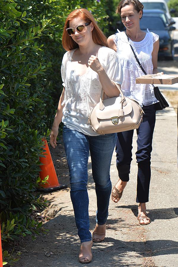 好萊塢女星艾美·亞當斯(Amy Adams)手拿米色Fiamma包款在洛杉磯街頭_Fiamma米色牛皮提包, 建議售價NT$86,900.jpg