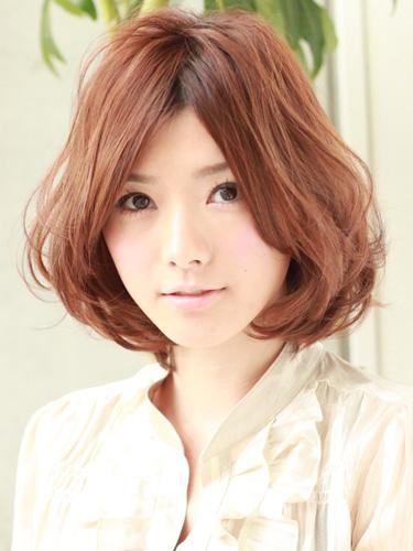 2012年日系美眉中分柔美風格捲髮髮型.jpg